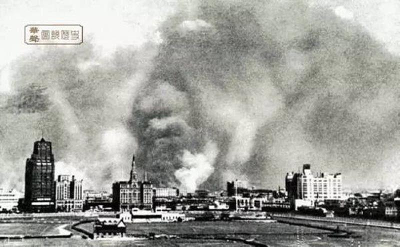 Khói lửa chiến tranh bao trùm khắp thành phố.