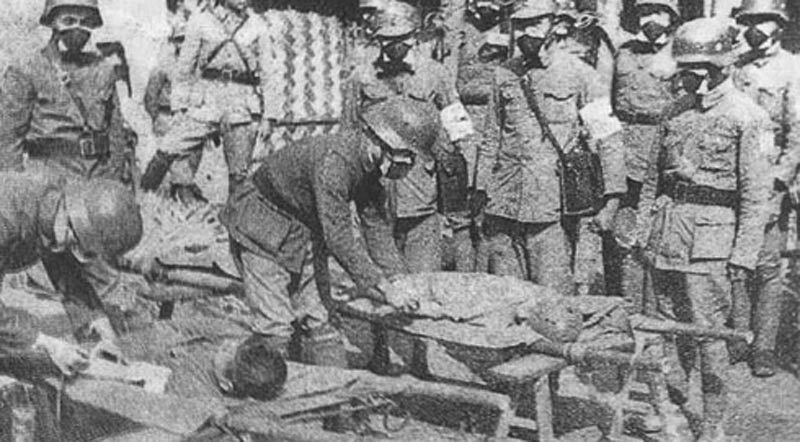 Binhlính và dân thường Trung Quốc bị thương vì khí gas của quân Nhật.