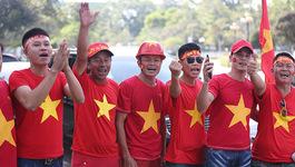Hàng nghìn CĐV kéo tới sân tiếp lửa tuyển Việt Nam tại Lào