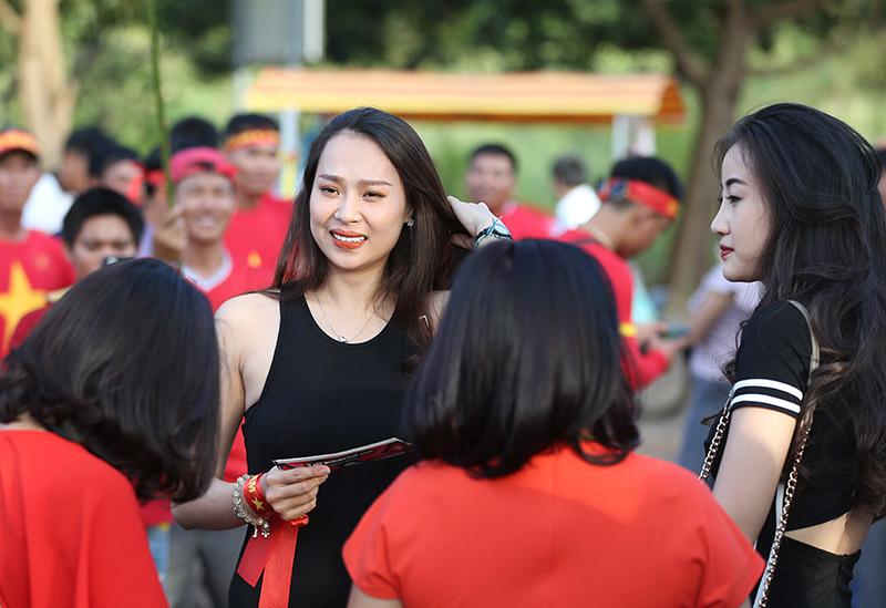 Fan nữ đánh trống cực sung, gọi tên Công Phượng, Xuân Trường