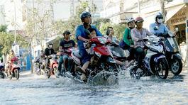 Triều cường đạt đỉnh, dân Sài Gòn cao gối, bịt mũi lội nước thối về nhà