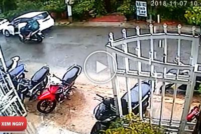 Nữ tài xế mở cửa xe ô tô không quan sát, hạ gục người đi đường trong tích tắc