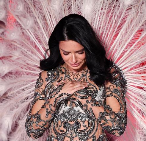 Adriana Lima bật khóc trên sàn diễn chia tay Victoria
