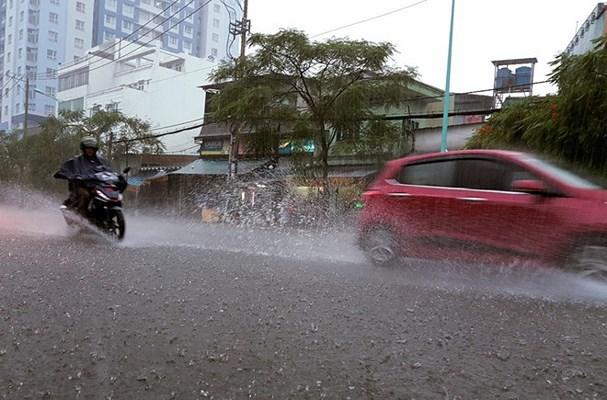 5 thói quen gây hại khi lái xe máy trời mưa