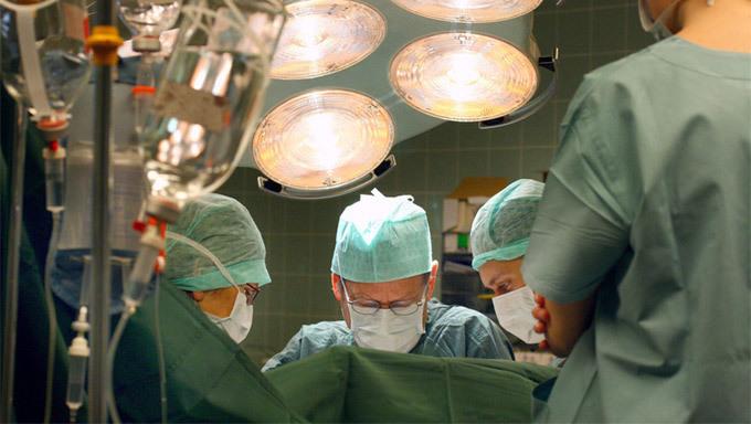 Bệnh nhân hoại tử chân phải, bác sĩ cắt cụt chân trái