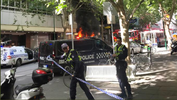 Đốt xe, đâm dao điên loạn ở Australia