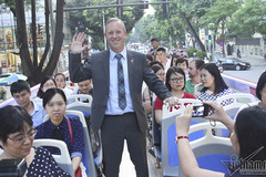 Bài 1: Cuộc họp đặc biệt trên xe buýt của vị Đại sứ giỏi tiếng Việt