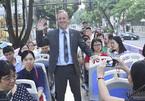 Cuộc họp đặc biệt trên xe buýt của vị Đại sứ giỏi tiếng Việt