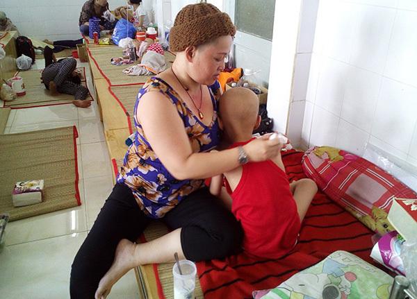 Con hao mòn vì ung thư, mẹ bất lực chỉ biết xuống tóc cầu an