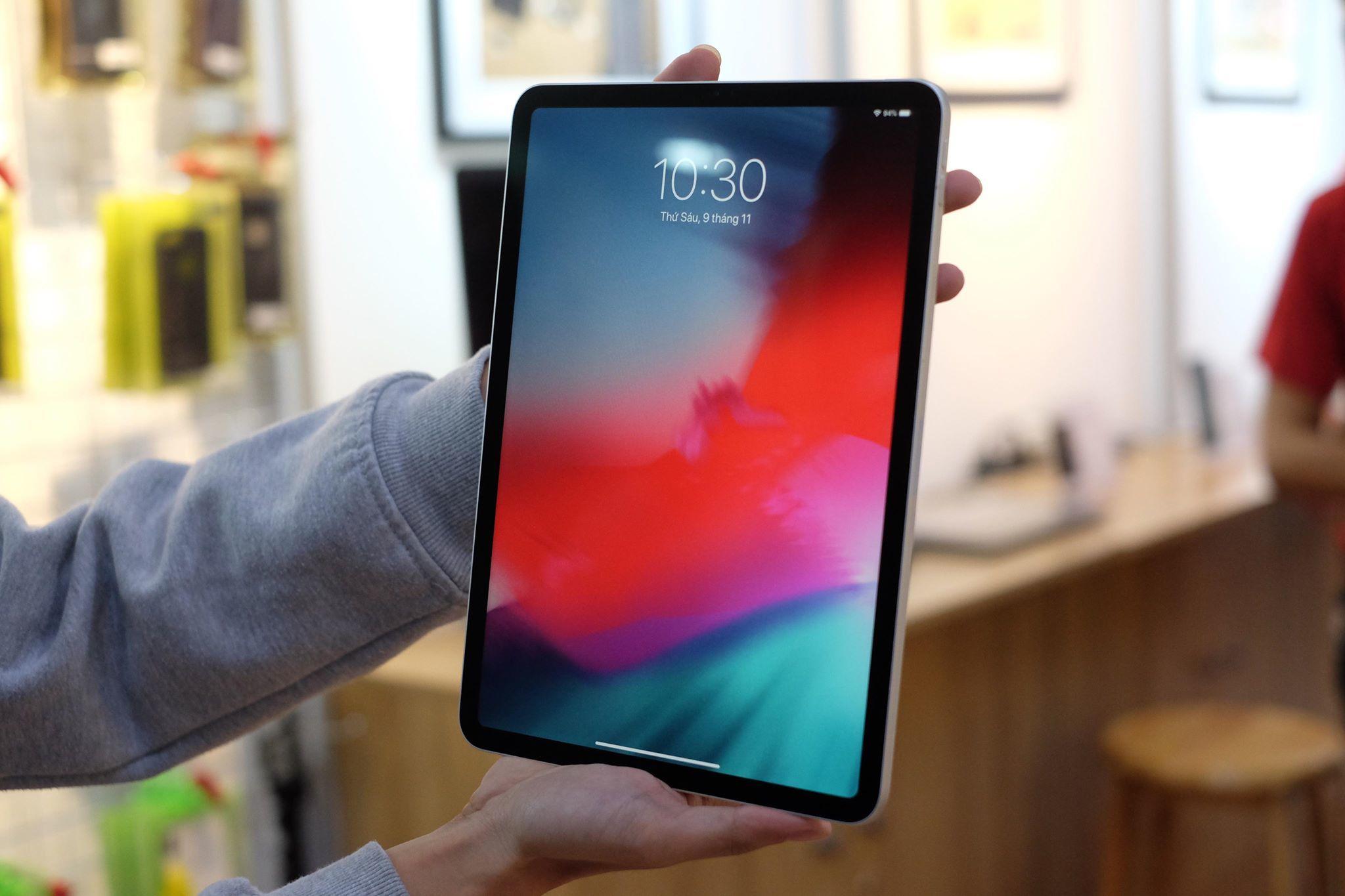 iPad Pro 2018 được trang bị chip A12X Bionic. Theo giải thích của đại diện Apple, chữ X ở đây thể hiện con chip này tốt hơn chip A12 trên iPhone Xs. Con chip 7nm này chứa khoảng 10 tỷ bóng bán dẫn. Nhờ vậy mà iPad Pro mới có tốc độ xử lý tổng thể nhanh hơn 35% so với thế hệ iPad trước đây.