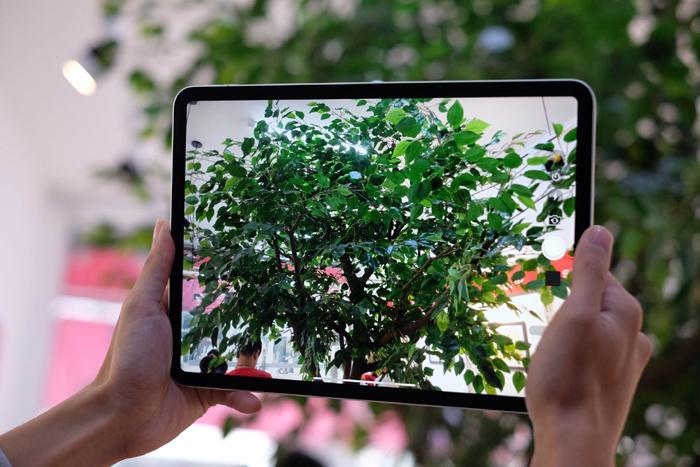 Trải nghiệm ban đầu với iPad Pro 2018 cho thấy, máy có màn hình trong trẻo, độ phản hồi rất nhanh. Theo đánh giá của những người đầu tiên tiếp xúc với máy, iPad Pro 2018 vượt trội hơn hẳn so với iPad Pro phiên bản cũ. Đây cũng được nhận xét là chiếc iPad đẹp nhất từ trước đến nay của Apple.