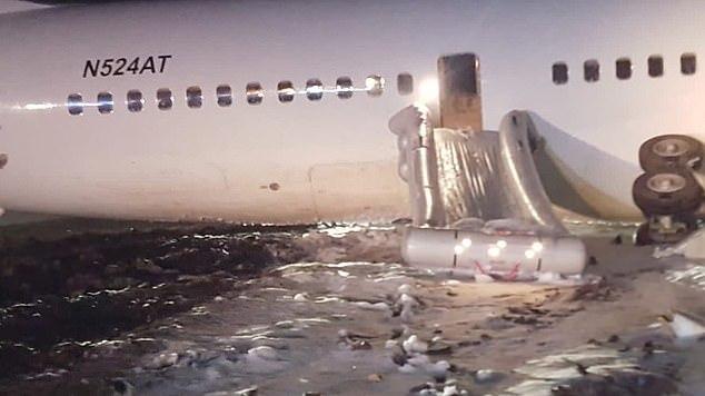 Máy bay Boeing lao quá đường băng, đâm thủng hàng rào