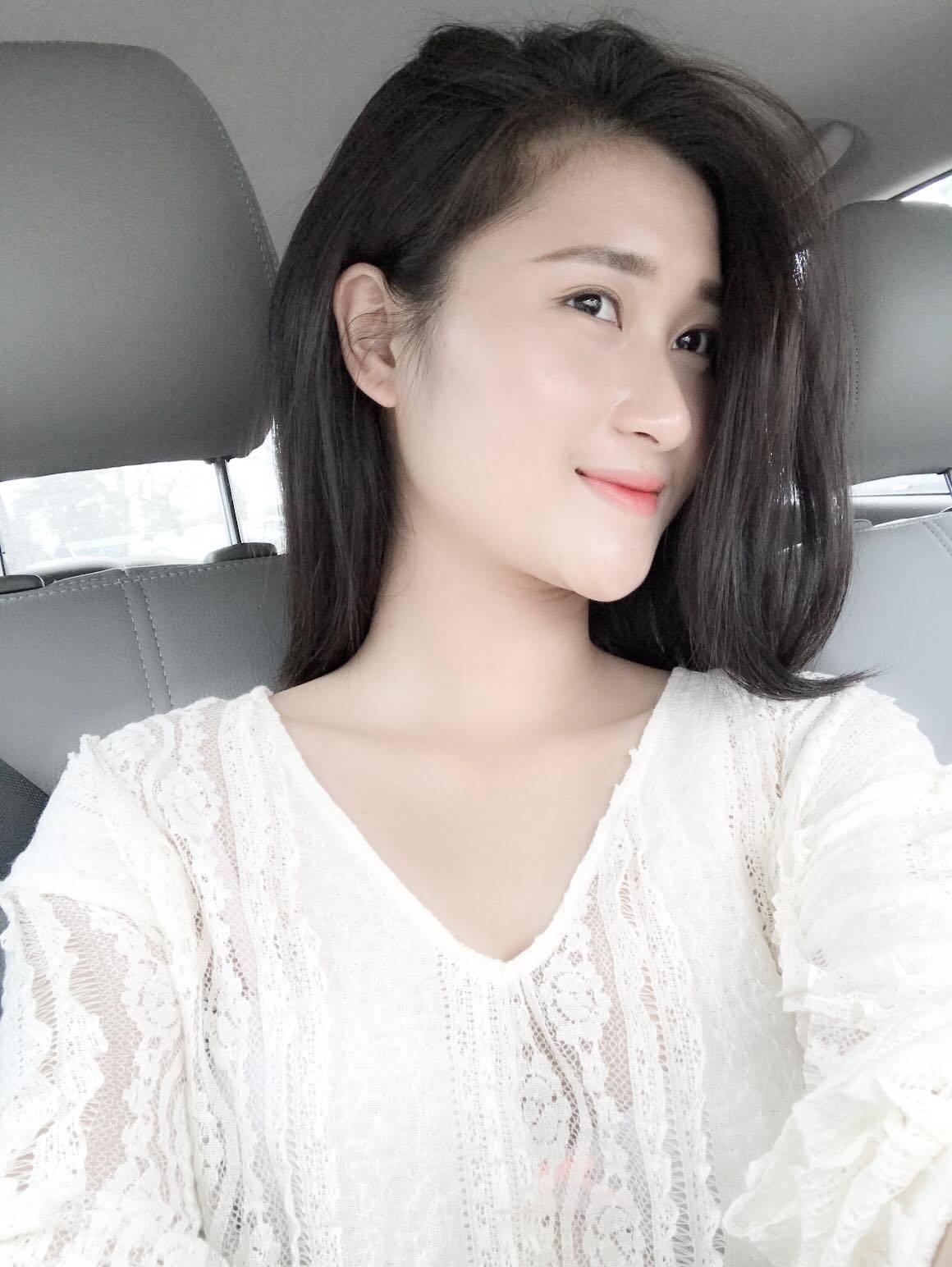 Chuyện tình 'cọc đi tìm trâu' của tiền vệ Huy Hùng và hot girl đất Cảng