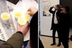 Sốc: Ông chủ bắt nhân viên uống nước tiểu ở Trung Quốc