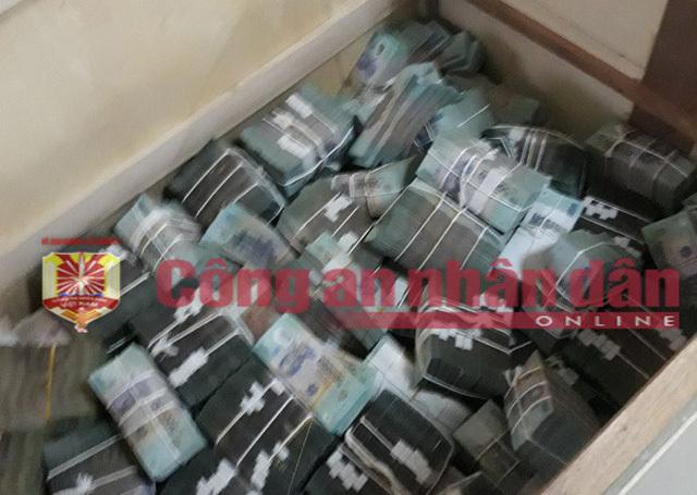Chiếc ví cũ mèm được vợ tặng của ông trùm Phan Sào Nam