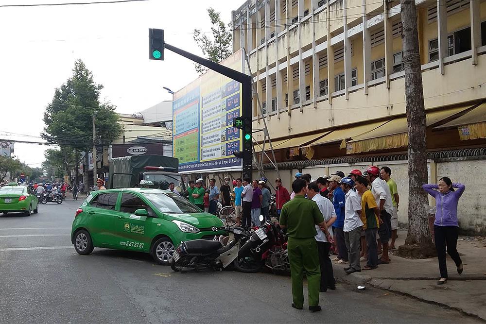 Taxi Mai Linh lùa hàng loạt xe máy, nhiều người la hét kêu cứu