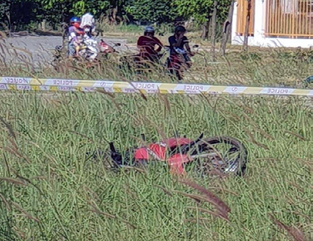 Phát hiện thi thể nam thanh niên bên cạnh xe máy