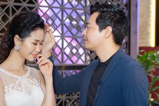 Dương Thùy Linh ngượng ngùng khi được MC Phan Anh vuốt tóc