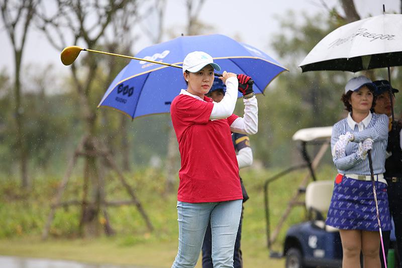 Bóng hồng xinh đẹp vượt 2000 km dự giải golf VCG500 2018-2019