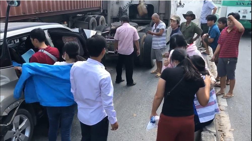 Dừng đèn đỏ 'dính' tai nạn liên hoàn, 5 người trong ô tô kêu cứu
