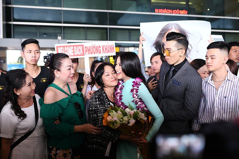 Tân Hoa hậu Trái đất Phương Khánh ôm mẹ nghẹn ngào khi về Việt Nam
