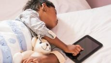 Thời gian xem màn hình điện thoại không ảnh hưởng giấc ngủ trẻ em