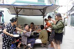 Bí mật phía sau 'mâm chè dì Gái' nổi tiếng bất đắc dĩ ở Sài Gòn