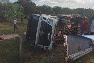 Lật xe tải chở trụ điện, 2 công nhân tử vong