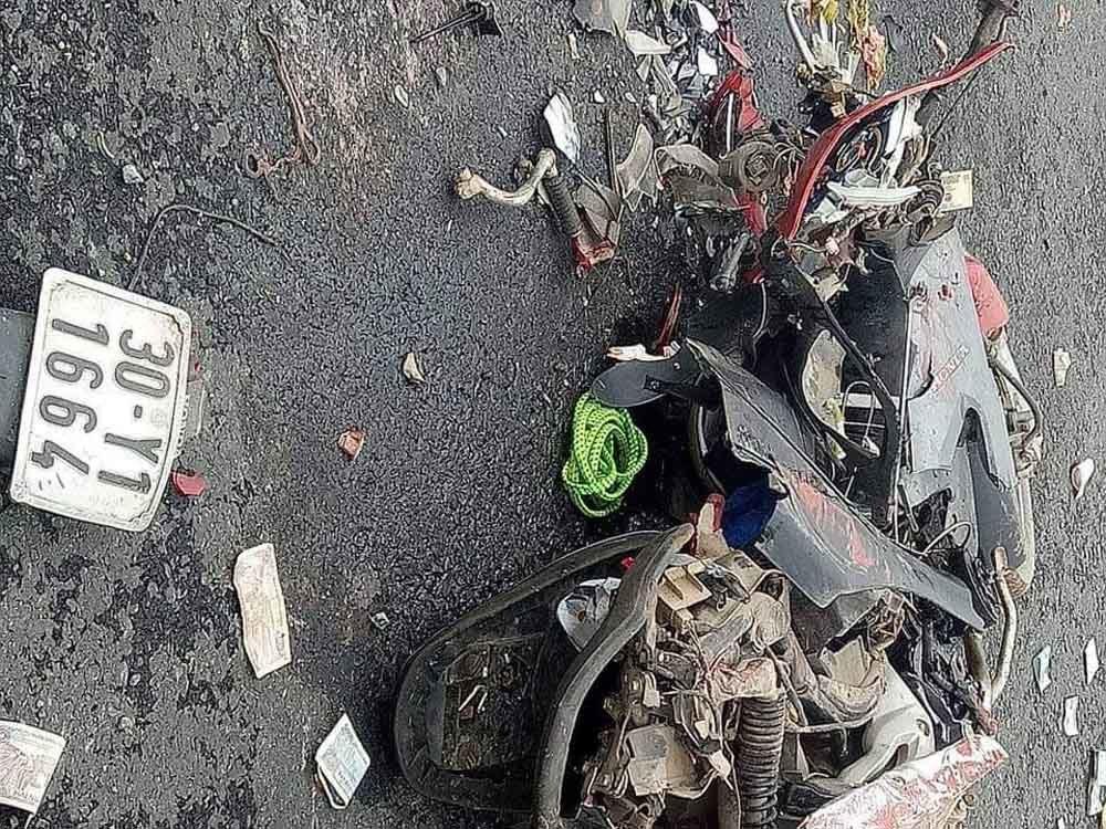 Hà Nội: Xe container lật ngang, 2 mẹ con chết thảm dưới thùng