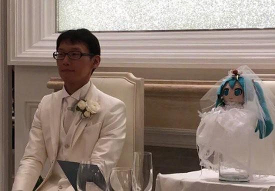 Chàng trai người Nhật kết hôn với ca sĩ ảo Hatsune Miku