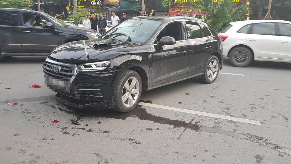Audi Q5 húc méo Mercedes, 1 người gãy chân trên phố Hà Nội