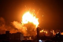 Đài truyền hình trên Dải Gaza hứng mưa bom từ Israel