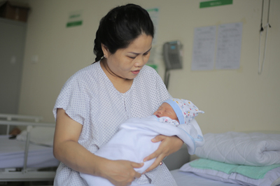 Bé trai chào đời cùng khối u lớn bất thường của người mẹ