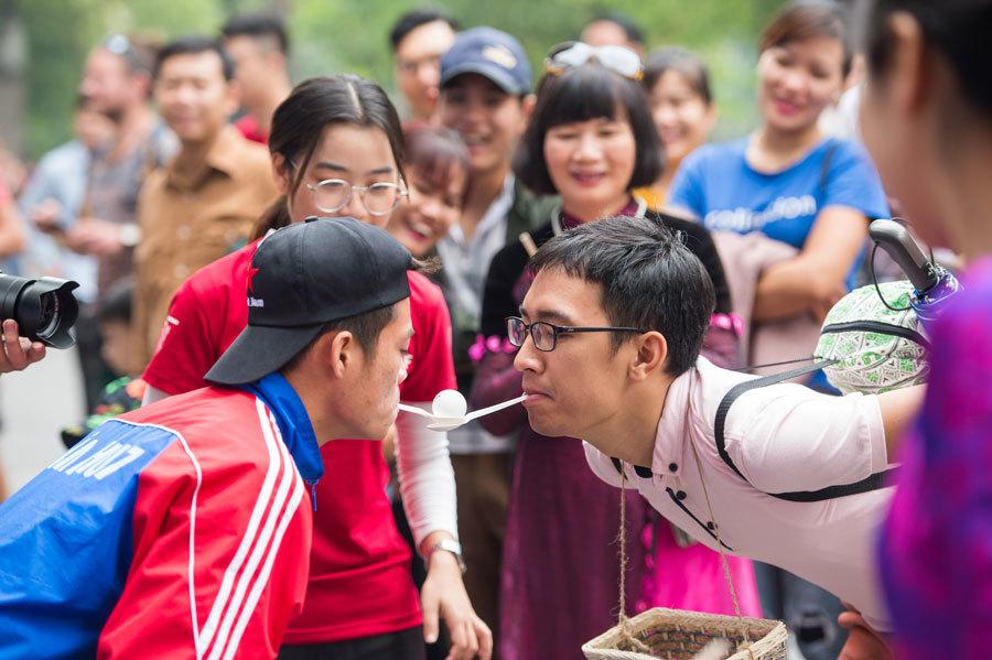 Giới trẻ háo hức tham gia ngày hội ở phố đi bộ hồ Gươm
