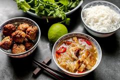 """Những món ăn bán đầy vỉa hè Việt bất ngờ """"nổi danh"""" trên báo Tây"""