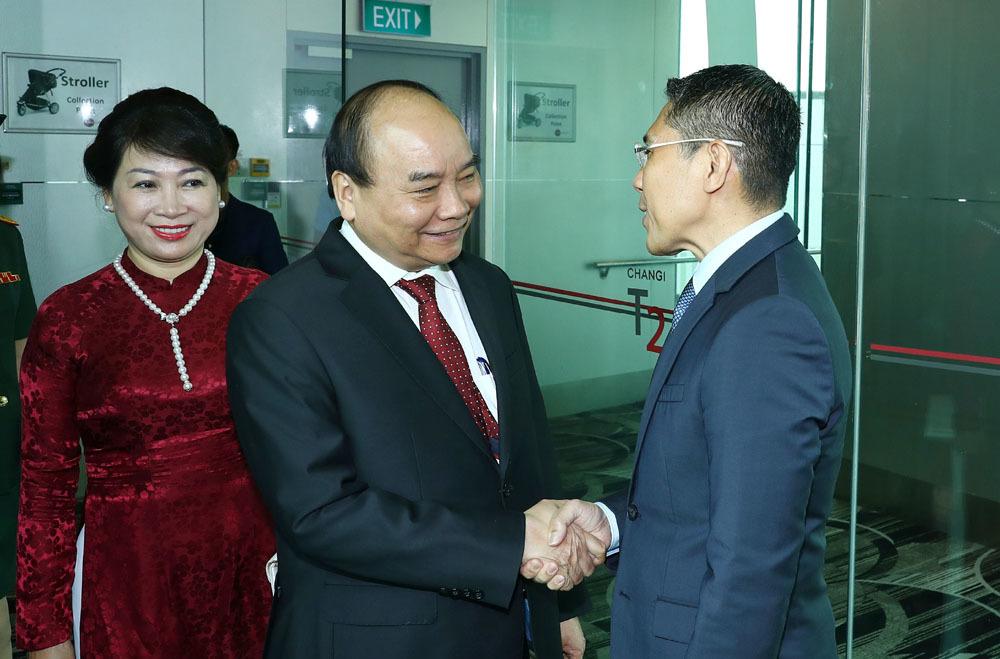 Thủ tướng đến Singapore, bắt đầu tham dự hội nghị cấp cao ASEAN 33