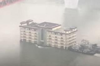 """Tòa nhà 5 tầng """"dạo chơi"""" trên sông Dương Tử"""