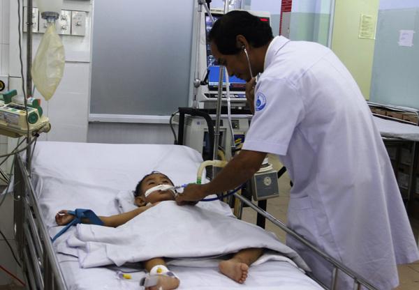2 bé trai miền Tây mắc chân tay miệng cấp độ 4 được cứu sống