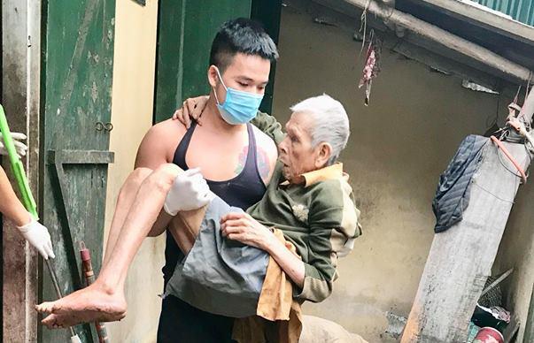 Chàng trai Bình Định cụt chân bế bồng, lau dọn cho cụ già xa lạ