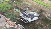 Nữ tài xế Mazda húc lan can cầu, rơi xuống kè sông Hồng