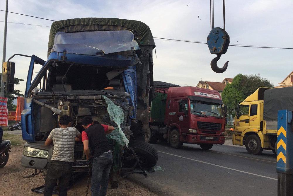 Xe tải tông nát 2 xe khách, QL1A kẹt cứng hơn 3 giờ