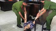 Bảo mẫu tát bé gái lệch má ngất xỉu khi toà tuyên án