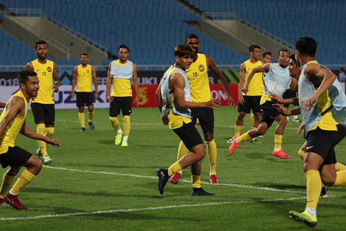 Giấu bài chờ đấu Việt Nam, cầu thủ Malaysia chơi... bóng bầu dục
