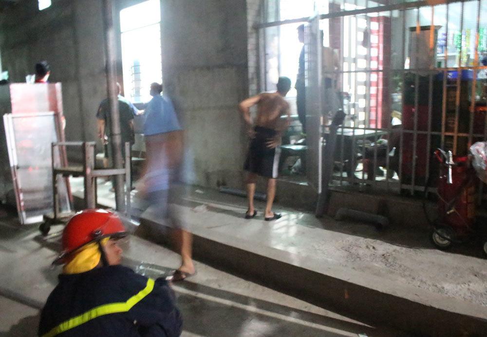 Người đàn ông khóa trái cửa nhốt vợ con, tưới xăng dọa phóng hỏa