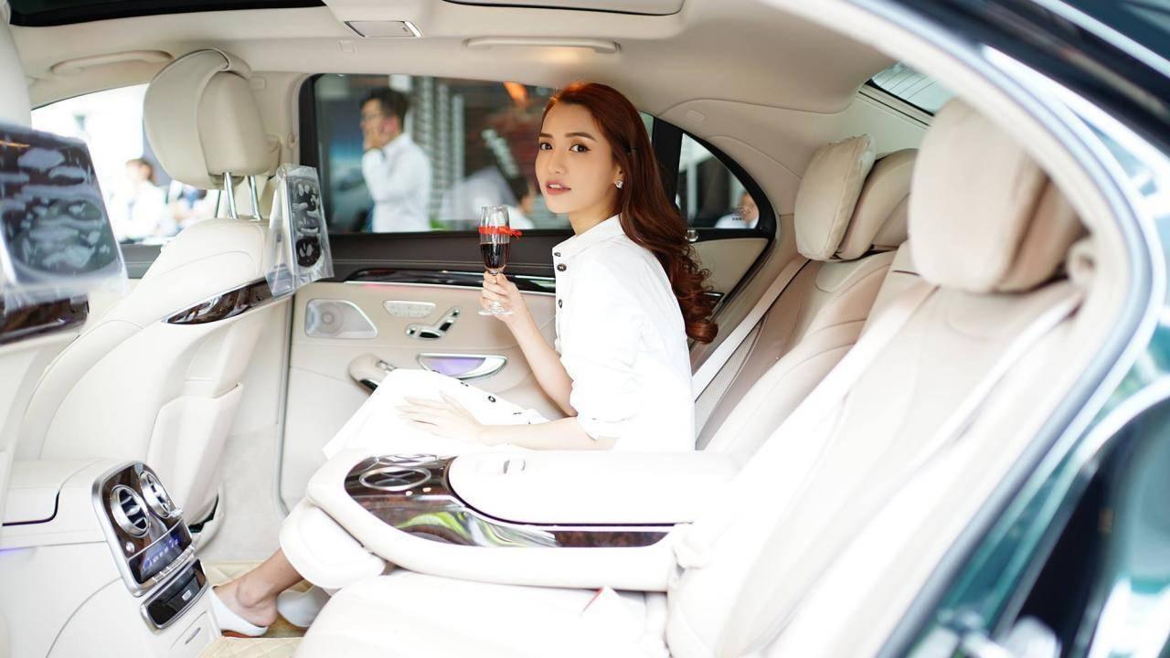 Loạt sao Việt liên tiếp chi hàng chục tỷ đồng mua xe sang