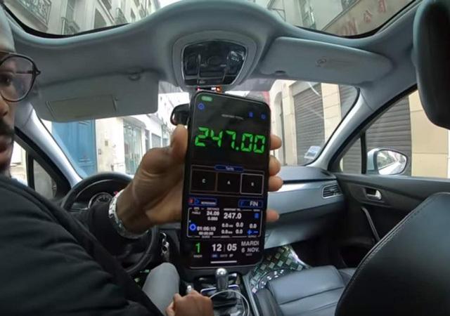 Từ chối trả 7 triệu tiền taxi cặp du khách nước ngoài bị tài xế nhốt trong xe