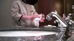 Hãi quá: Nhân viên khách sạn 5 sao dùng khăn chùi bồn cầu lau cốc