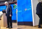 Tranh cãi vụ lãnh đạo EU đi nhầm giày tại họp báo