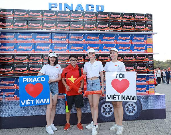 Dàn hot girl cùng Pinaco cổ vũ đội tuyển bóng đá Việt Nam
