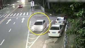 Tài xế quên kéo phanh tay, ô tô lao tự do vun vút trên đường